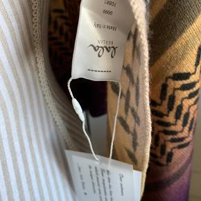 Overvejer at sælge dette smukke tørklæde som jeg desværre ikke får brugt. Da jeg skulle tage billederne opdagede jeg et lille hul som jeg ikke har set før.  Det kan ses på det sidste billede. Meget mærkeligt når det aldrig har været brugt og kun ligget i et skab. Bytter ikke og køber betaler porto