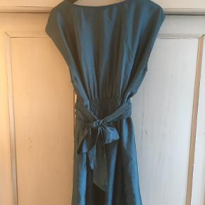 Sød, blank kjole med bånd der bindes i livet til en flot sløjfe på ryggen.   Jeg er til at tale med om prisen.