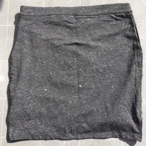 Livvidde: 76cm  Dejlig nederdel fra saint tropez med sølv glimmer🌸  Nederdelen har en lynlås i Venstre side🌸  Nederdelen er vasket, men aldrig brugt🌸  50% bomuld 35 % polyester 10% Metallic 5% elastane