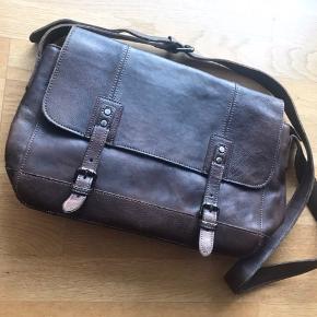 Fejlkøb der bare har ligget i skabet.   Købt for 1500kr i en læderbutik, derfor har tasken heller ikke et mærke.   Lækker kvalitet og flot mørkebrun farve.