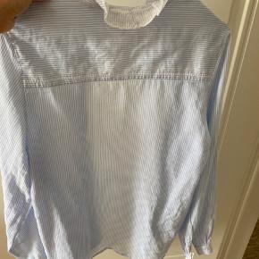 Sød stribet skjorte med fine små detaljer. Skjorten er oversize og passer derfor en small/medium.