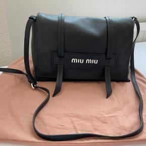 Miu Miu skulder taske model Grace Lux.  Højde 17,5 cm bredde 27 cm dybde 13 cm  Strop 105 cm Se flere billeder i kommentarfelt