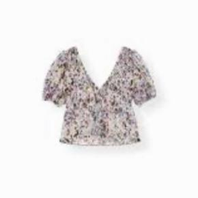 Smuk og virkelig flot v-formet floral print top fra Ganni sælges, da denne aldrig har været i brug og noget af mærket stadigvæk sidder i. Materiale: 100% polyester Størrelse: 38 Stand: ubrugt Nypris: 2000