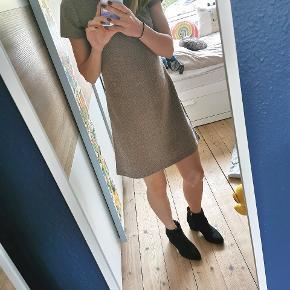Sød, klassisk kjole, som går til over knæet. Fremstår pæn. På det sidste billede kan man se der er en lille plet på. Har ikke forsøgt at fjerne den, men giver det gerne et forsøg inden et køb 😊  Se også mine andre annoncer 👇 #trendsalesfund
