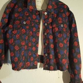 Kort oversize jakke i denim. Str small men kan bruges af flere størrelser