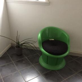 IKEA. Stol til børn og unge - der er opbevaring under sædet - er helt ok