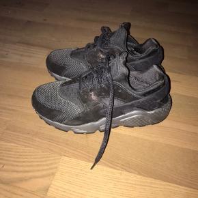Sort Nike Huarache i str 37,5 med glimmer. Byd gerne:) Køber betaler selv fragt