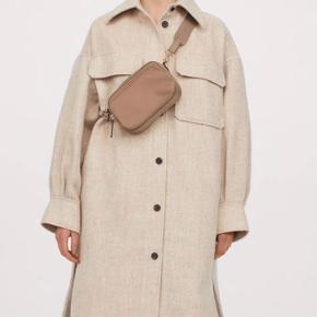 Sælger denne udsolgte H&M skjortejakke. • Fitter Xs-medium (oversize fit)  • God til når det bliver koldere i vejret  • Brugt 2 gange kort, så fremstår helt ny