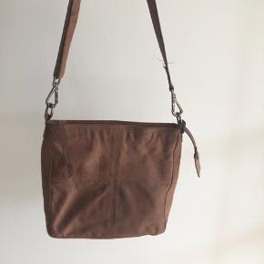 Sælger denne fine taske fra Becksöndergaard, da jeg ikke får den brugt. Den er lavet af det lækreste bløde læder, og så er den i smukkeste gammelrosa farve (svært at få frem på kamera). Derudover har den en perfekt størrelse.   Jeg kan ikke huske nyprisen, men mener det var omkring 1000 kr.