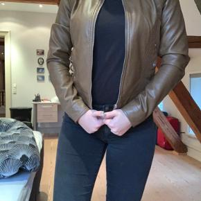 Super lækker jakke fra vero moda. Jakken er aldrig blevet brugt. Der er mange flotte deltager på jakken som også fremgår på billederne. Jakken har to lommer, som kan lukkes