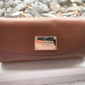 Rigtig fin og lækker læderpung fra Michael kors.  Købt i Tyskland.  Den er brug minimalt og fremstår i yderst pæn stand.  Mange rum.