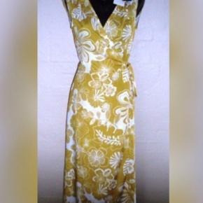 Brand: Izaak Varetype: 💚🌸💚 NY kjole/tunika slå-om-se mål   5 fotos Størrelse: S (xs-L) se mål Farve: Yellow flower  Her byder du på en let, glat og lækker kjole/tunika fra  Izaak  Str. S - slå-om, så vurderer xs-m el. lille l  Materiale:  Bomuld og polyester  Mål:  Længde: ca. 120 cm Skuldermål: 2 x 46 cm  Ny med tag dog uden pris   Bytter ikke!  ** Se også alle mine andre annoncer med tøj og sko - Tøj: str. 34-50 Sko/støvler: 36-41 desuden tasker, smykker, tørklæder, bælter o.m.a.**