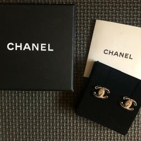 Jeg overvejer at sælge mine smukke Chanel øreringe, da jeg kun har brugt dem 3 gange. Special addition og købt af en, som har købt dem hos Preloved CPH, hvor der er kvittering fra. Æske og indlægsseddel medfølger. Øreringene fremstår som nye da den ikke fejler noget.  Jeg bytter ikke og prisen er fast.