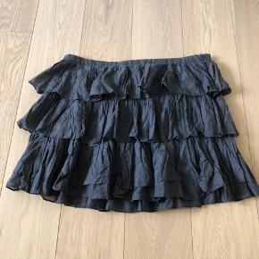 Fin kort nederdel i mørkegrå  Bomuld/silke   Lynlås i siden