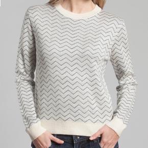 Så lækker strik fra det franske mærke Le Mont. Kvalitet er en let uld mix.   Størrelsen er XL men den er MEGET lille i str. og passer nærmere en M/L / 38 - 40