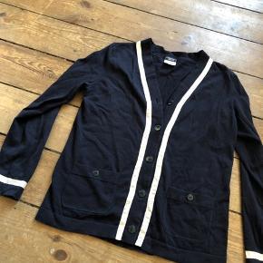 Det er den til venste på billedet som jeg sælger (den mindste)  Fin stand, fejler ikke noget!  Chanel uniform
