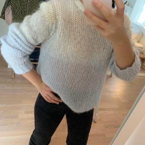 Smuk sweater i hvid og lyseblå. Den er aldrig brugt.  Str : 40, men som ses på billedet kan den sagtens passes af andre størrelser, da jeg selv normalt er en 38.   Fast pris + fragt.  Ved køb af 2 af mine varer, gives fri fragt.  #30dayssellout
