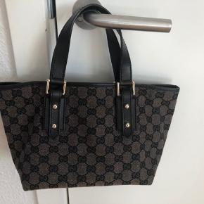 Ægte Gucci taske købt i Berlin for 5 år siden. Fik som gave men brugt ikke så meget, derfor fremstår som ny. Intet medfølger pga. flytning. Fast pris.