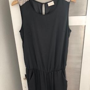 Skøn grå Vila buksedragt/jumpsuit i str. M. Sender gerne eller mødes i Ringsted eller på Frederiksberg