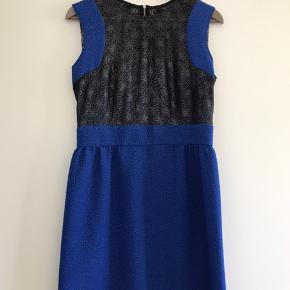 Super fin kjole fra Sandro. Brugt nogle gange men insider stand.  Flot lynlås langs ryggen Blåt stof mikset med sort Metallic blonde