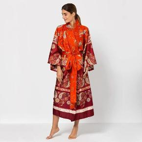 Brand: Bassetti Varetype: kimono Farve: Rød Oprindelig købspris: 2000 kr. Prisen angivet er inklusiv forsendelse.  Jordens smukkeste kimono i det fineste mønster med bælte i 100 % luksuriøst bomuld.