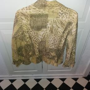 Smart jakke i let elastisk stof. Med lyn lås. Er ikke forret. Også god som indendørsjakke om vinteren.