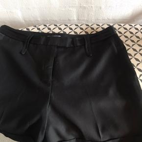 Sorte shorts med detalje i begge sider yderst på bukseben. Super fine med et par strømpebukser indenunder.