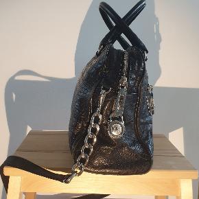Med et lille hængelås og flere indvendige lommer. Opbevaringspose medfølger. Mål: dybde 11 cm bredde 33 cm højde 23 cm