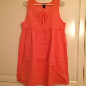 Varetype: Sommerkjole Farve: Coral Prisen angivet er eksklusiv forsendelse.  Sød sommer/strandkjole fra H&M. Som ny.