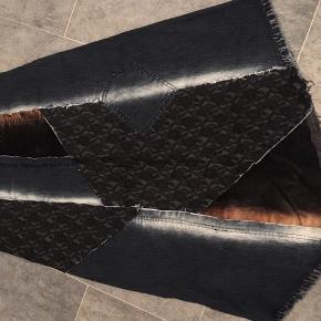 """Fed nederdel fra B•denim  str.40  Nederdelen er lavet ud af forskellige slags stof, blødt lærredstof , denim, blonder o.s.v - super fede detaljer.  Som ny 😊 OBS - lang 🙈  Flyttesalg - eller nærmere """"gør plads til at nogen flytter ind""""-salg 😂 så kom med et bud 😊"""