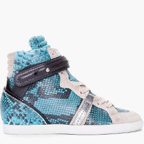 Varetype: Wedge sneakers Farve: Turkis Oprindelig købspris: 3600 kr.  Cool sneakers med indvendig hæl.   Brugt få gange.  Bytter ikke.