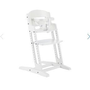 Sælger denne stol fra Babydan hvor der medfølger en siddepude som også er fra Babydan. Den mindet om trip trap stolen og har samme funktioner. Den er brugt men stadig i pæn stand. Nypris for stolen var 999 kr og siddepuden kostede 349. Sælges samlet.