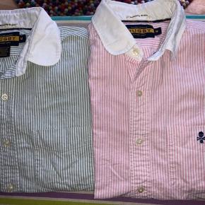 Legendariske langærmede skjorter fra ekslusive Rugby by Ralph Lauren (en linje man kun kunne få udvalgte steder i USA og i London den findes desuden ikke mere). Skjorterne er slim fit og vævet via Oxford metoden, de begge har super fede detaljer og med lomme på brystet. Kostede 899kr per styk. Prisen er per styk men en samlet bedre pris kan findes hvis ønskes.