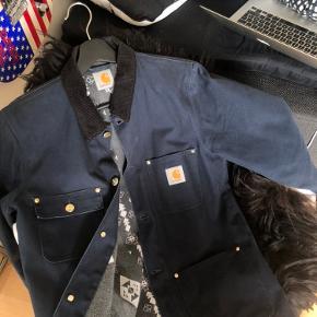 Super jakke i meget slidstærkt materiale. God til mangler former for brug. Den fitter stort i størrelsen. Skriv endelig med spørgsmål eller fitpics.
