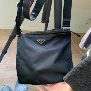 Sælger min vintage prada taske har lidt mærker. Mp 1500