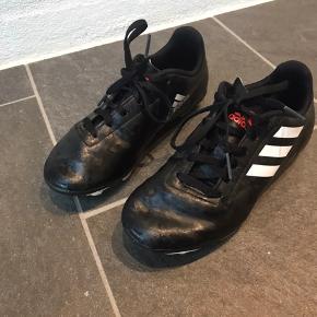 Adidas fodboldstøvler. I yderst fin stand.  Indlægssålen måler 21,5 cm.