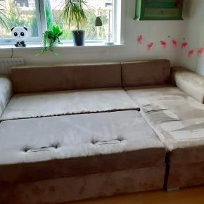 Sovesofa med chaiselong og opbevaringsrum. Rigtig god stand, er kun brugt som gæsteseng.  Mål: 250 x 160 (chaiselong) x 75cm Liggemål: 200 x 140  Sælger for mine forældre.