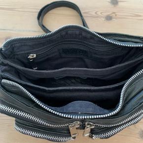 Stine tasken fra Nunoo i washed black læder. I rigtig fin stand. Mål: L: 24 cm x H: 14 cm x D: 5 cm