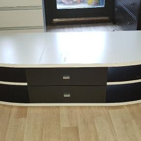 Brugte tv bord til salg.  Den er lidt tunge.   Mål ca.  L:175 H:40 D:59