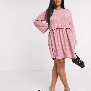 Lyserød kjole fra Boohoo Plus. God stand. Str. 46. Kan afhentes på Frederiksberg eller sendes.