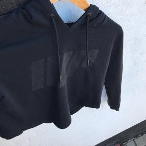 Trænings bluse.   IIIP BRAND  Bryst 50 cm  Længde fra skulder og ned 49 cm   #30dayssellout