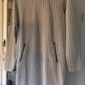 sød kjole fra Ichi str. M. råhvid / sort -med 2 lynlåse foran materiale af bomuld og polyester næsten som ny- bud fra 125 kr + evt. forsendelse  *Handel kan foregå kontant, via TS, bankkonto & Mobilepay*