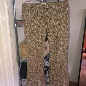 Rigtig flotte bukser fra Baum & Pferdgarten. De er næsten ikke brugt og er i et rigtig flot design med fine detaljer. Ville sige det var en stor (M). Sælger for 250, men byd!