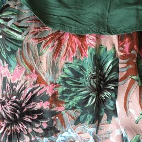 Flot sæt, købt sammen. Bukser fra Culture str. L, bluse fra Kaffe str. 40. Det 100 % viscose. Dejlig tyndt i sommervarmen.