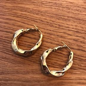 18k guldbelagt rustfrit stål øreringe. God kvalitet. Mærke ukendt. Aldrig brugt.  Byd gerne.  🌞