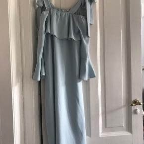 Smuk lyseblå Ganni kjole med fine ærmer og sløjfestropper.  Størrelse 34. Passer en S/M.   Model: 1567 Clark