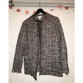 Sælger denne fine bouclé-agtige jakke fra H&M. Størrelsen er 42, men den er meget lille i størrelsen (passer en 38/40) 💖 Brugt få gange, stort set som ny.