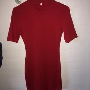 Sælger denne rigtig flotte røde figursyet kjole da jeg kom til, at købe 2.