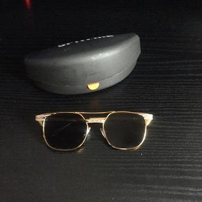 Fede Spitfire Solbriller, sælges..   Købte dem sidste efterår, men må erkende jeg ikke får dem brugt, derfor sælges de videre..    De fremstår som nye!    Kommer incl originalt etui..   Mener nyprisen på nettet er ca 400.kr, så her får du 50% af butikspriserne, får et par fede nye solbriller..     SE OGSÅ ALLE MINE ANDRE ANNONCER.. :D