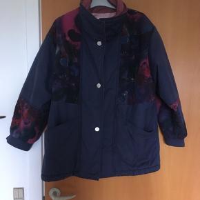 Flot retro - vintage jakke fra 90'erne. Str 38. Danish design. Jakken er som ny og i perfekt stand. Den er tyk og varm og perfekt til efterår og den milde vinter. Knapper og lynlås.